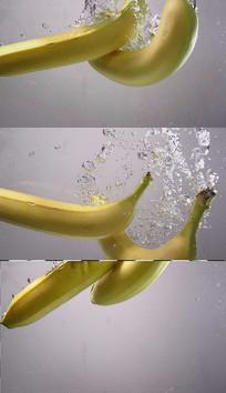 香蕉掉进水里实拍视频素材