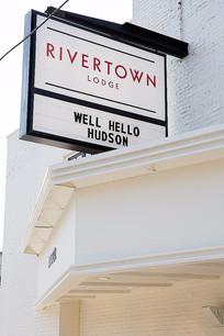 小镇酒店的招牌