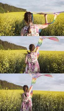 小女孩放风筝奔跑实拍视频素材