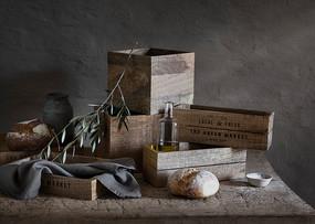 木桌上的木头盒子和干面包