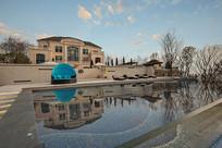 有着清澈游泳池的别墅