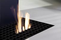 客厅燃烧着的壁炉