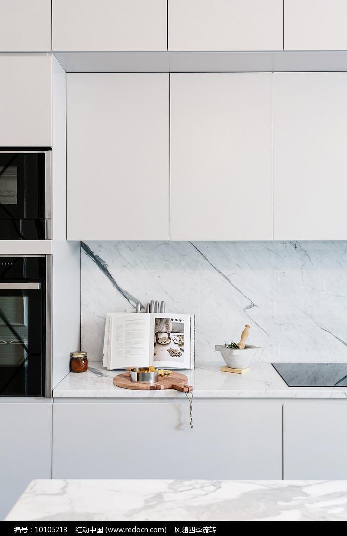 极简主义风格的厨房料理书籍图片