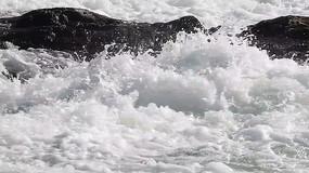 急流冲击石头的实拍特写视频