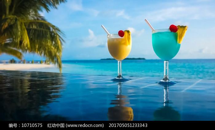 浪漫度假村游泳池边饮料水果视频素材图片