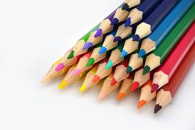 金字塔状的彩色铅笔