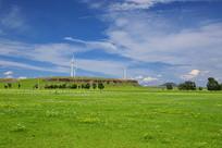 蓝天下草原大风车美景