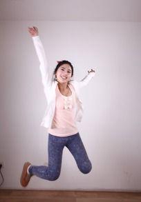 高举双手跳跃美女