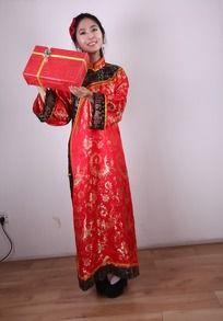 节日人物 手举礼盒的喜庆美女