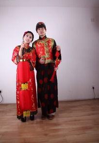 手提红灯笼和中国结的男女迎新年