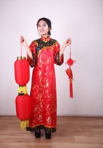 双手分别提着灯笼和中国结的美女