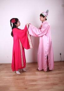 穿古装对视的情侣婚纱照JPG