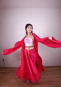 微笑着跳舞的红色戏服的女人