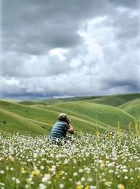 在草原中拍照的摄影师