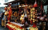 一间挂满葫芦工艺品的葫芦画店铺