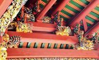 古代建筑屋檐下的托木雕花