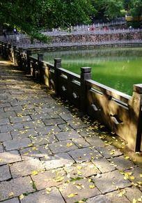 天童寺放生池畔