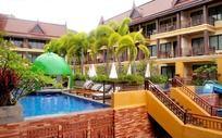 酒店里的游泳池