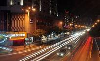 光彩照人的道路灯光