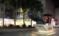 五马街马车铜雕夜景