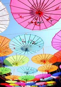 挂满彩色天堂伞的美食一条街
