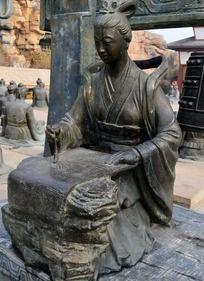 写毛笔字的古代美女雕塑