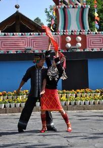 跳民族舞蹈的男女