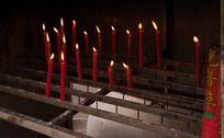 寺庙点燃的蜡烛