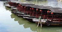 整齐的古镇木船