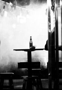 酒吧桌子酒瓶