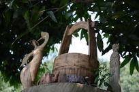 工艺雕刻木桶旁跳舞的女人仰视图