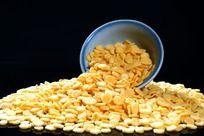 从碗中倒出的玉米片