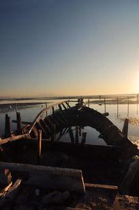 清晨阳光下残破的渔船