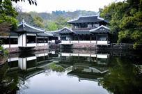 杭州西湖曲院风荷建筑水中倒影