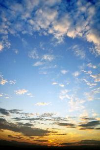 夕阳余晖下的火烧云