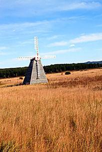 草原上的一座风车