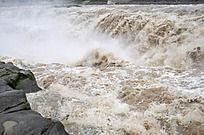 奔腾怒吼的黄河瀑布
