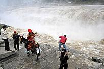 壶口瀑布旁的人们