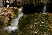 山石间的瀑布