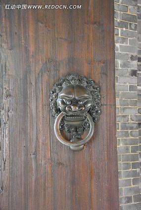 古宅大门的狮子辅首门环