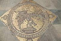 伏羲广场上的铜质天水零公里标志
