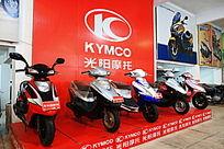 标志下的女装摩托车展示