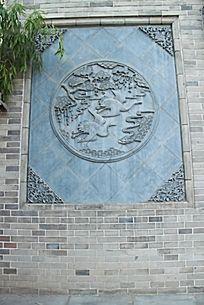 青砖上的仙鹤雕刻花纹图案
