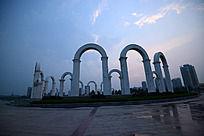 龙源湖广场的一圈拱门