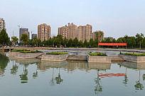 龙源湖旁的高层住宅楼