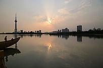 落日下的龙源湖
