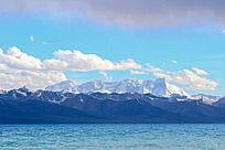 站在纳木错眺望远处的大雪山