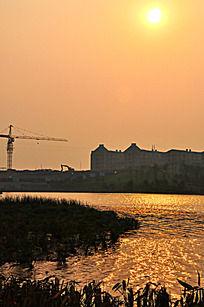 夕阳下的金黄色湖面风光