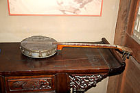 红木木桌上的一把古琴