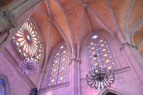 石室圣心教堂拱形尖顶的彩色玻璃窗